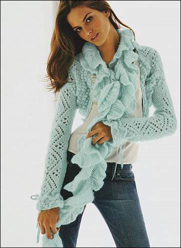 淡淡的蓝色,设计独特的围巾给清爽中又增添了时尚感