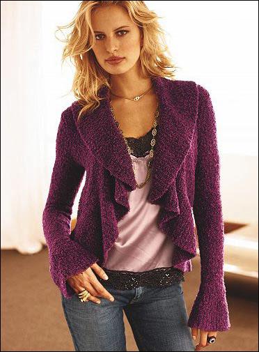 女性味十足的领型,腰带和挂链让整个造型更丰富