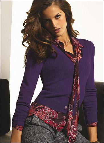 紧扣流行主题的紫色,混搭暗花色衬衣,生衍出暧昧的性感