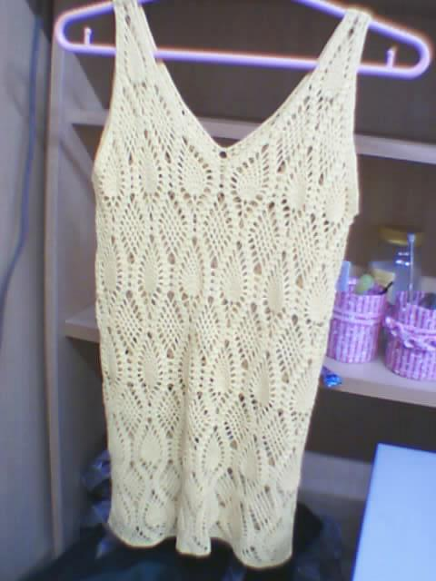 这件衣衣是去年钩的,颜色是那种亮黄色,五股细棉线的,穿了一个夏天呢