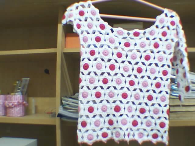 还有一件正在钩呢,是我的第一件拼花衣,给侄女的,估计五一能穿了哦,成品已经有了,放家里了,等有机会了