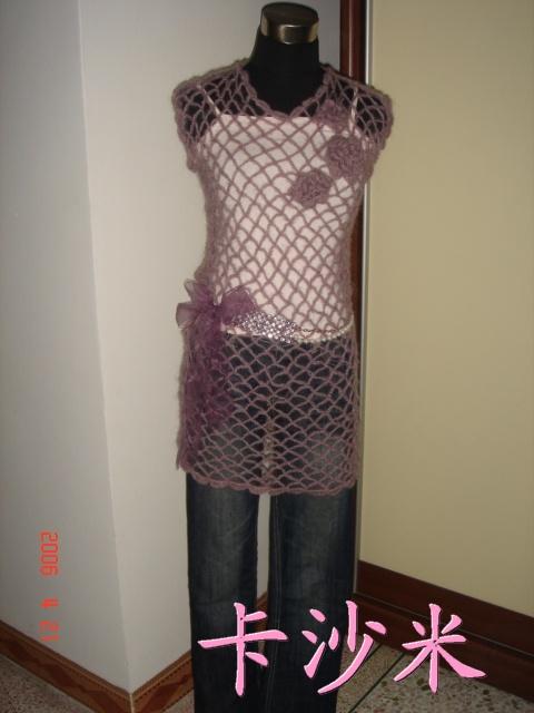 这件衣衣钩了两件一模一样的。三朵小花是钩在上面的,不能取下来的。我想卖掉一件,60元包国内普邮,不包括