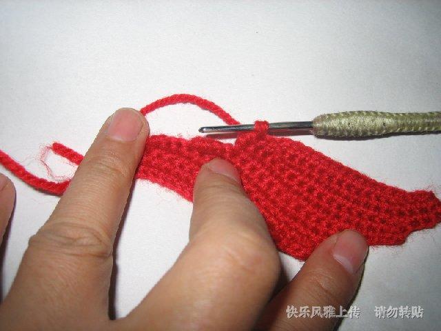 再钩本片鱼尾的另一半,将层次错落,原来的加钩三针辫子变为合并三针辫子,按照对称的钩法钩出层次感
