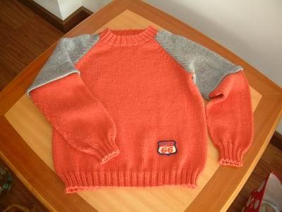 第一件插肩毛衣!袖子的织法:用灰色毛线起平针,从下往上织。织8排左右从起针处挑起(成双层边),往上织至