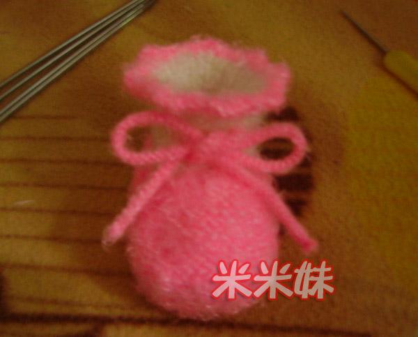 穿上绳子,漂亮可爱的宝宝鞋完成啦!