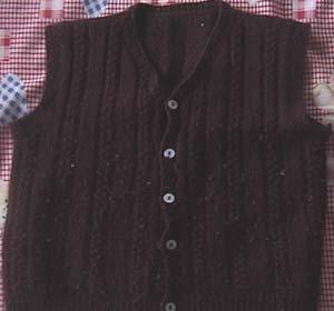 这件是去年织的背心,用的红樱桃的线,感觉不是很好,倒不扎人,就是爱起球。