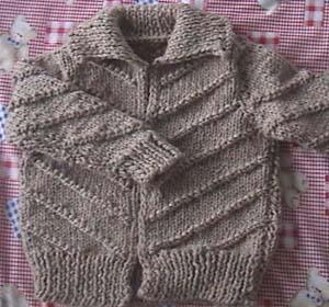 这件是今年织的,正好碰上毛线打折,就买了点,是织美绘的线,还没上拉链。