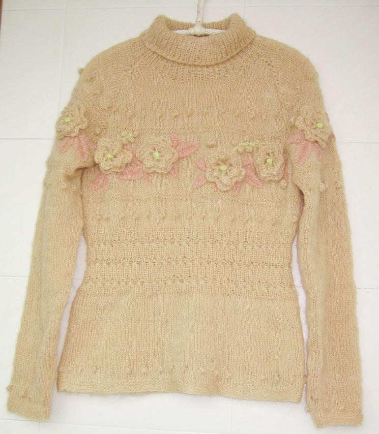 织得不太满意,绣花用的线太粗了点,花也太大了点:((织完这件得停停了,光顾织毛衣都很少带宝宝出去玩了
