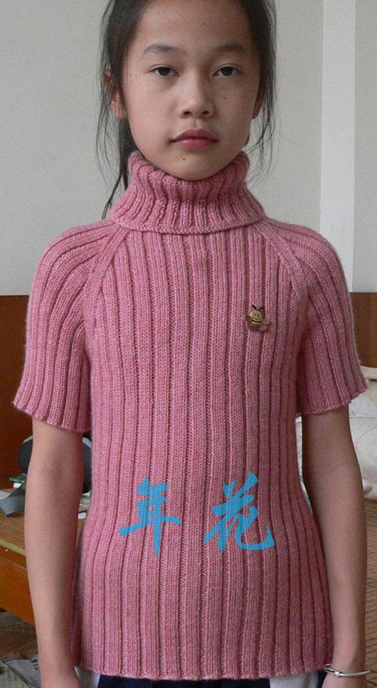 俺们家小野花。刚疯回来,一头的乱。也难为她了,大热天的穿羊毛衣。