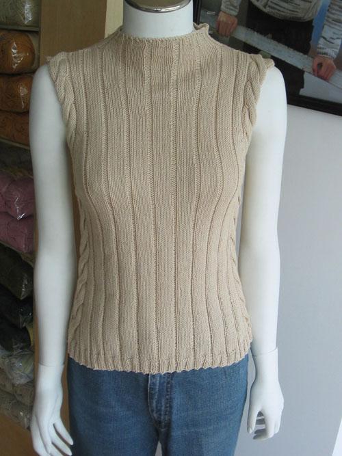 这件不是我织的(嘻嘻,借用图片)。我用黑色的羊毛线织了一件一模一样的,效果出奇的好。可惜的是黑色的拍