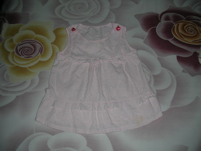 去年做的小裙,今年短了当圆领衫。
