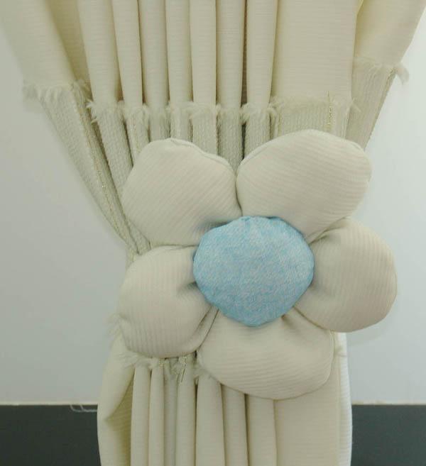 给偶家窗帘做的花花,挺大的,照片里不太明显,大概是10厘米的直径吧。呵呵!