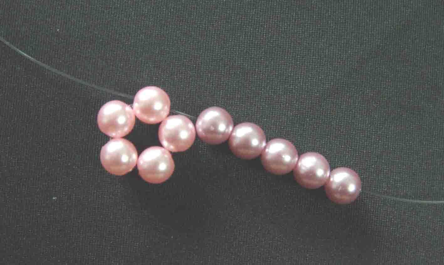 5、用右手的线穿5粒珠珠