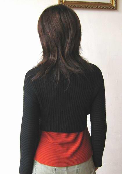 衣衣的背面,里面的一件YY是前年织的一件丝光棉的YY,被我穿得有点松了,里面的YY再配紧身一点的就好了!