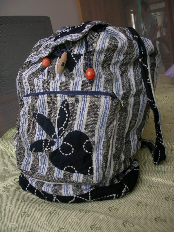 老妈去云南旅游给我买的背心,民族特色倒是很足,就是穿上怎么看都象刘姥姥,就改成包包啦