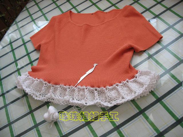 第二步,将毛衣边用短针锁好,并钩小花拼好.