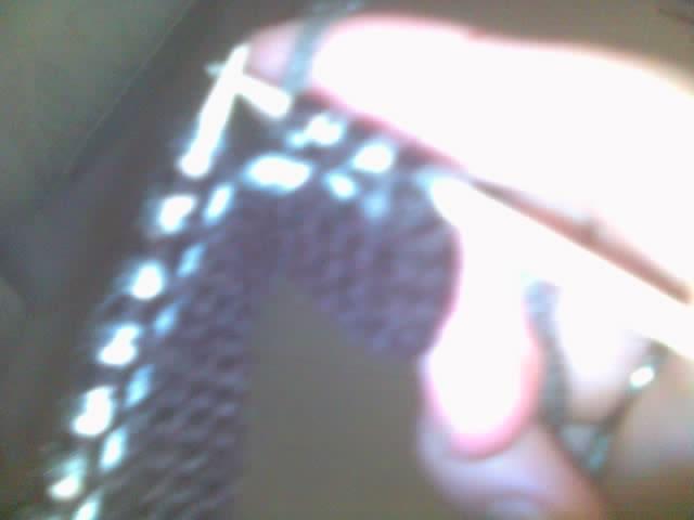又换成主色线,咖啡色,来回织平针。在正面的时候两端各收一针,反面不收。就这样,两种颜色的线交替织,织