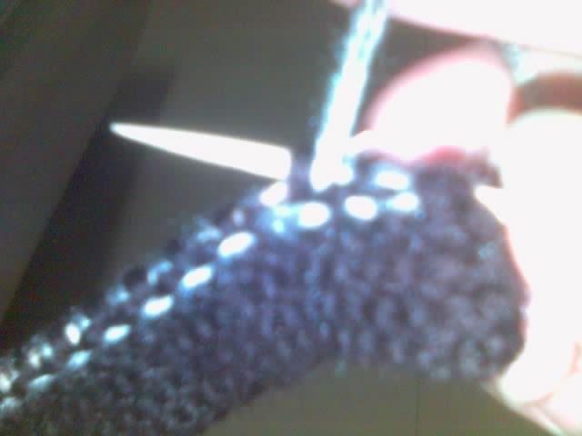 反面  第一针不织,这样边上好看一点,第二针咖啡色的线不织,将线压下来,平针织第三针灰色