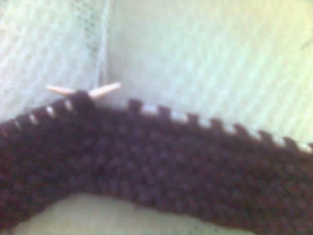 换线,用灰色线,还是织平针。第一、二针并织,也就是减一针,第三针不织,直接穿到右棒针上,第四针织下针…