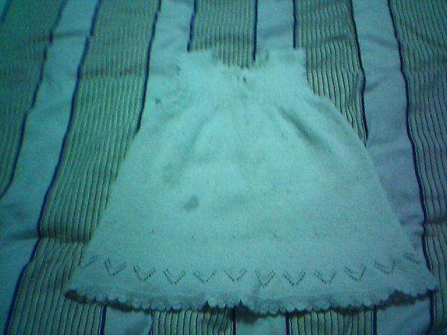 第一次给幺女织的小裙子,手机拍的,效果不是很好,而且还被幺女弄脏了