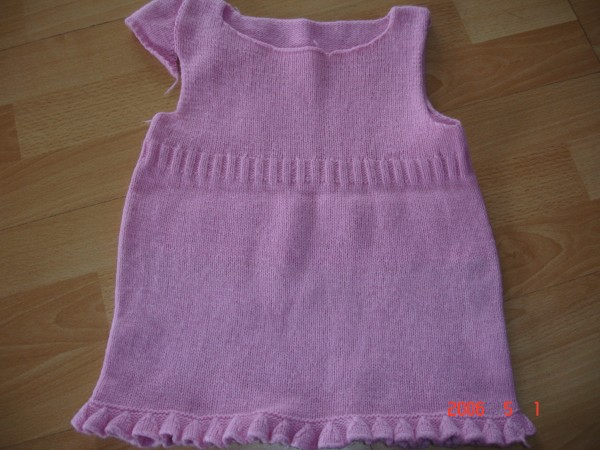 这件半成品,请姐妹们帮我参考一下:是要袖子好,还是不要袖子好看?织了一套送人了,里边的袖子是织的无袖