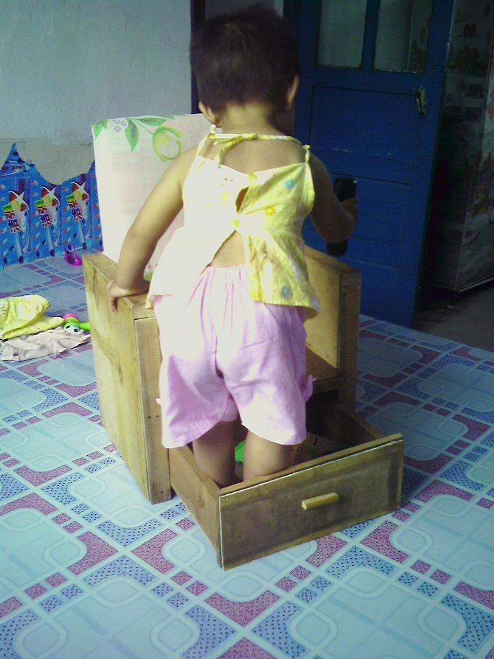宝宝似乎对抽屉本身,而不是它里面的东西更感兴趣?!