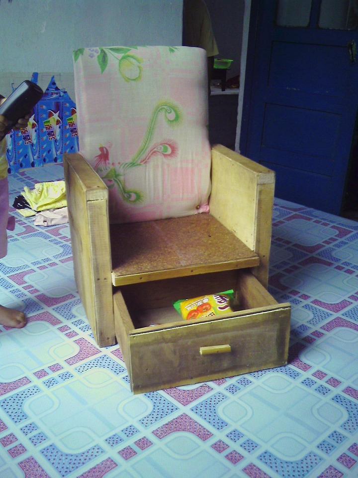 椅子下面改装成了一个小抽屉!