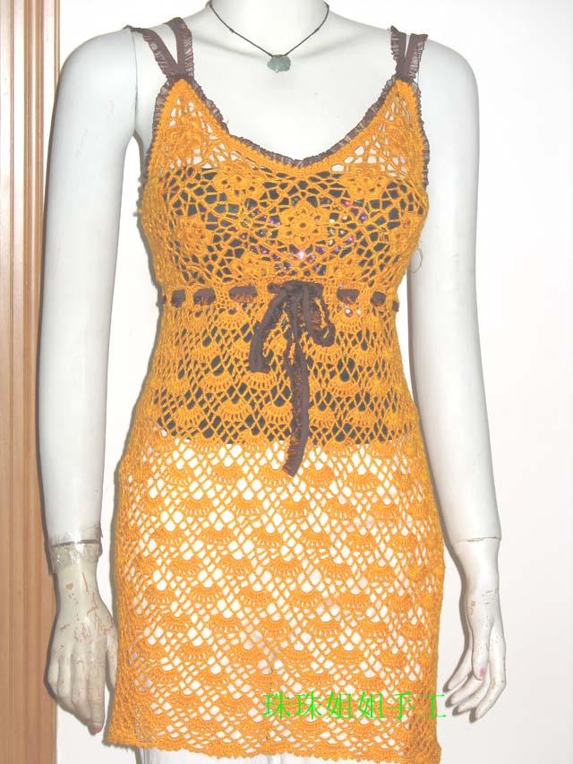 橙色超短吊带裙,凉爽舒适。细节在花边处