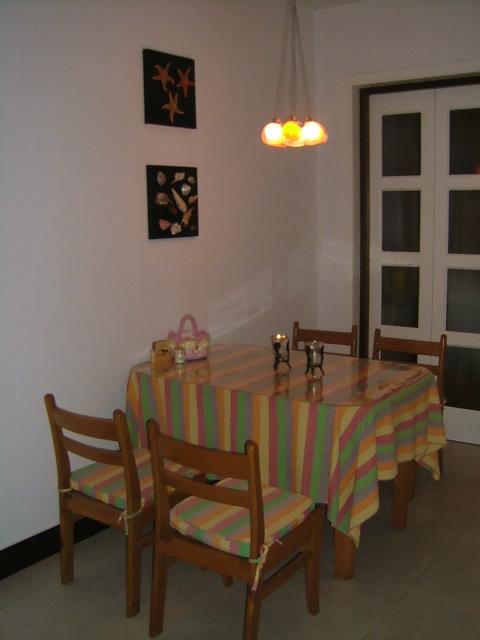 自己设计制作的自然风格的餐桌挂画。家里的这个餐桌是以前的老家具,我给上面买了块纯棉布做了桌布和椅套。