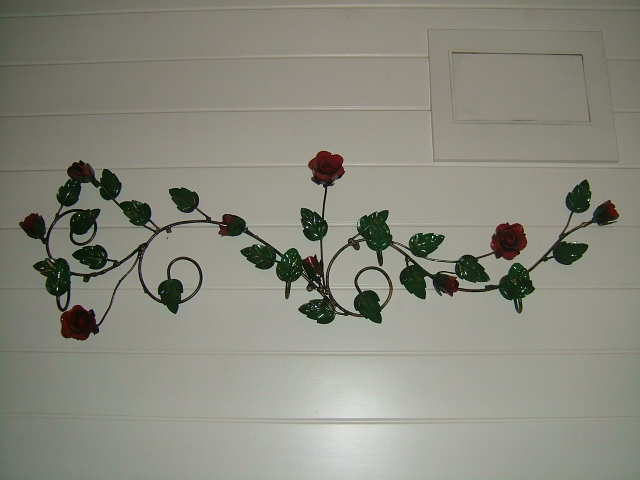 看厌了家家户户买来的衣服挂钩,想要独特吗?那就自己想办法!我设计了这款铁艺衣架,上面的9朵玫瑰可是我