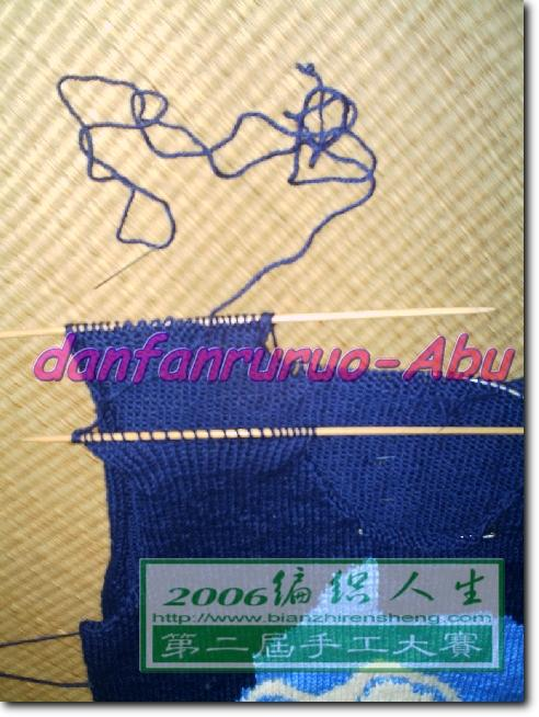 过程中...肩膀的连接是用针缝的,所以是没有接缝的,很平服