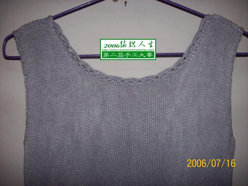 其实此件衣的前后领可以相互调换穿。