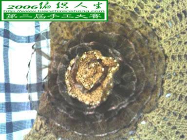中央的花是用丝质的花边扎的花心是用弹力冰丝线钩的顶端用米珠点缀