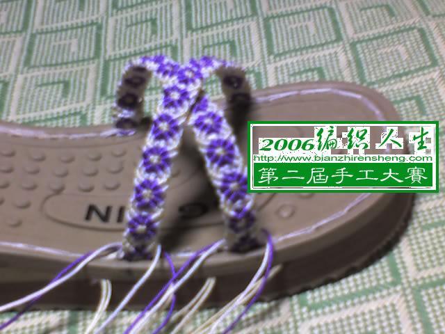 将余线穿入对侧的鞋底底线上,具体位置根据自己所好,可以倾斜点,也可以水平点,用钩针将线头内外钩绞1—