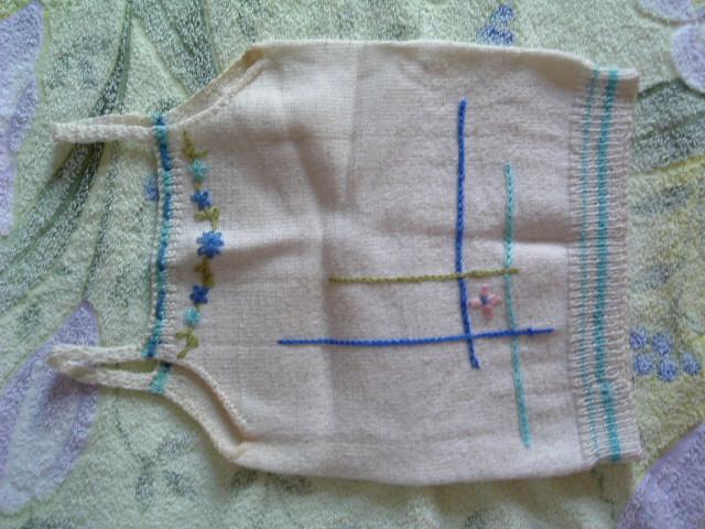 可爱的吊带衫,还绣了点小花,可爱吧。
