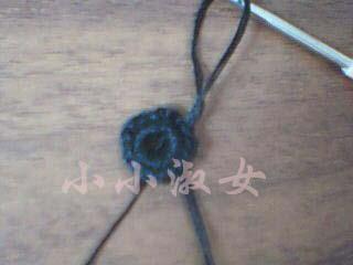 不用花叉钩雏菊花的方法:1 钩16针的黑色小圈