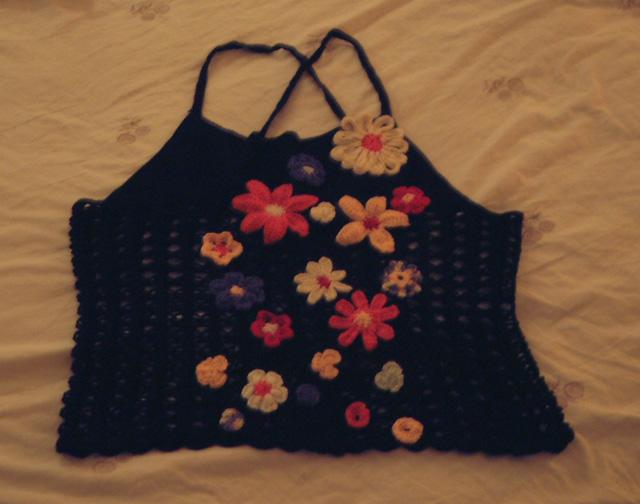 黑吊带,配的很多花,还是不敢外穿