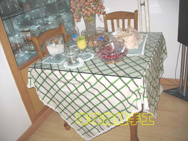用一块喜欢的布钩上花边,就是漂亮的桌布餐