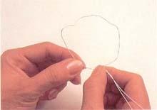 2. 取下彩色管上的铁丝,并用拇指和食指揉软铁丝,把铁
