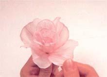 13. 将第3、4、5片花瓣一片一片组合于图12的基部,别忘