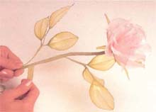 18. 在花朵下方加入粗0.5公分的花杆,再用绿色胶带缠绕