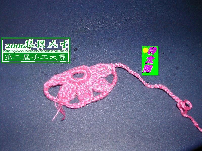 第1行:9针辫子,钩圈。第2行:1针辫子作起立针,16针短针。第3行:花瓣是加长针(3+,即钩针绕线3次,相当