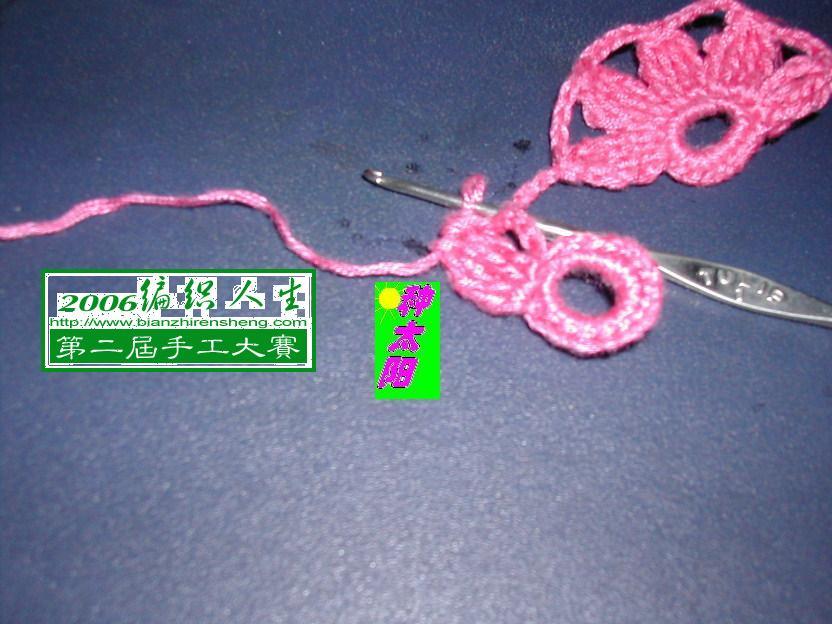 钩完1个花瓣,注意:从线圈里退出钩针,把钩针从叠针的最后1针处从上往下插入,把线从下往上拉出,这样连接