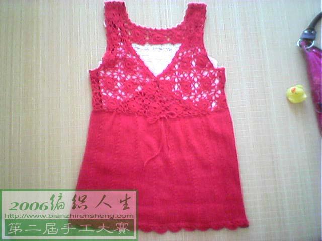 看成品了,整个衣服用了半斤的宝宝棉纱,钩针是1.4CM的,棒针是2号,完工后衣服长75公分,宽90公分