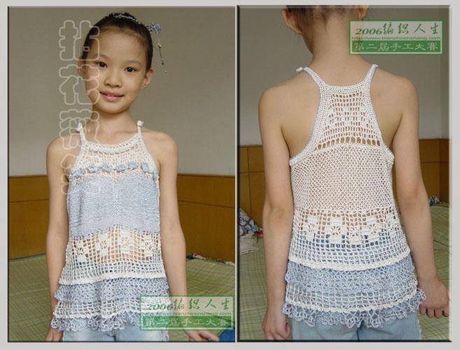 这是真人秀了,女儿穿着吊带有些长,就给缝成了蝴蝶结的形状,以后要是穿着小了,还可以再放开