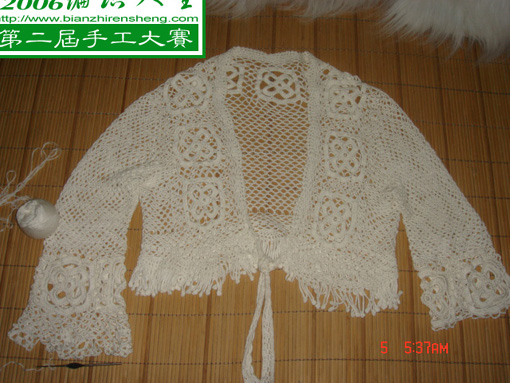 用网网把花条连接到小披肩的身体和袖子部位上