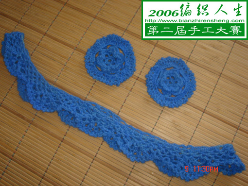 钩两朵花准备缝在胸前作装饰,钩一条花边缝在下摆,形成两层下摆