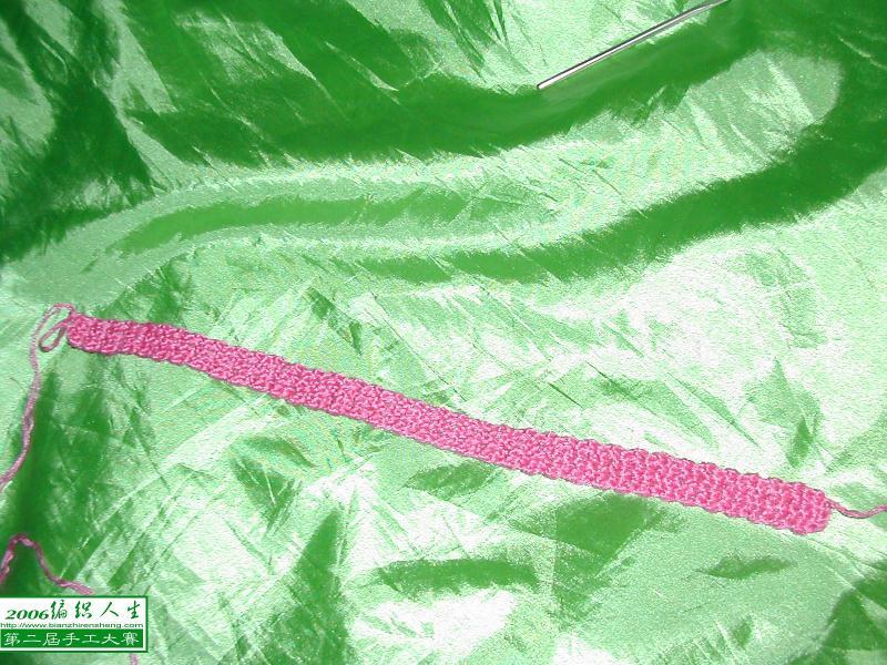 起5针辫子,钩芝麻花,到一定长度(参照内衣肩带长度)
