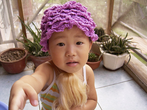 女儿当帽子效果也不错呢,准备换种舒服的线再钩一顶
