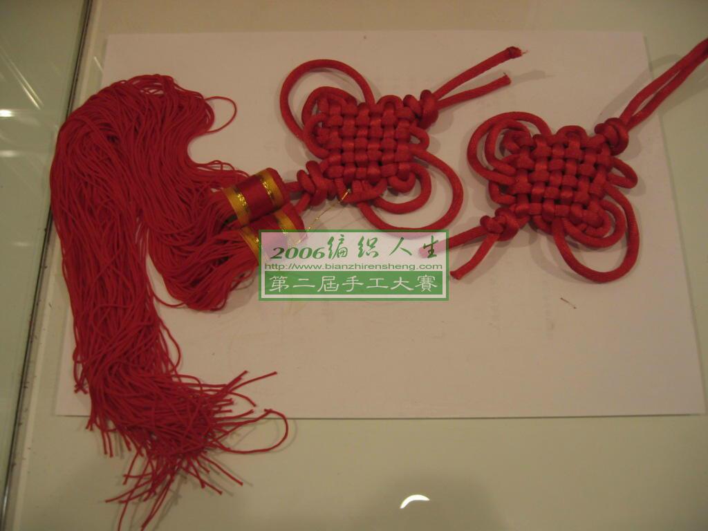 旧挂历上剪下的中国结